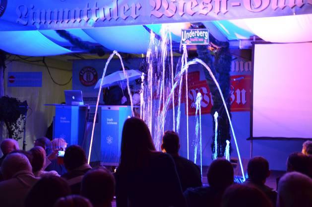 Dazu gehörte etwa eine Wassershow, die plötzlich vor der Bühne erschien