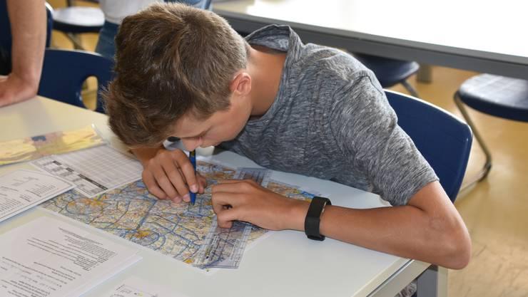 Jorim Reinhard bei der Vorbereitung des Fluges von Bressaucourt nach Grenchen.