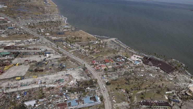 Taifun «Haiyan» fordert über 10000 Todesopfer: Wo einst die Stadt Tacloban war, sind nur noch Trümer zu sehen.