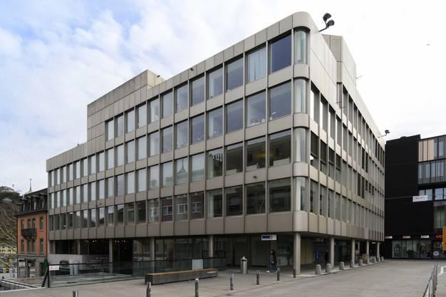 «Auch so eine Kiste aus den Siebzigerjahren, aber weniger gelungen»: Durch den Umbau der Neuen Aargauer Bank (ehemalige Gewerbebank) am Bahnhofplatz habe das Haus seinen Charakter verloren.