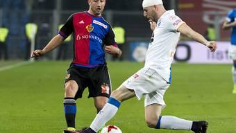 Andraz Sporar (links), im Bild gegen Nemanja Antonov von den Grasshoppers, verlässt den FC Basel und soll zu Bielefeld nach Deutschland wechseln