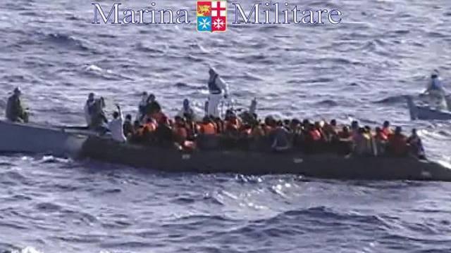 Die italienische Küstenwache kommt einem Flüchtlingsschiff zu Hilfe