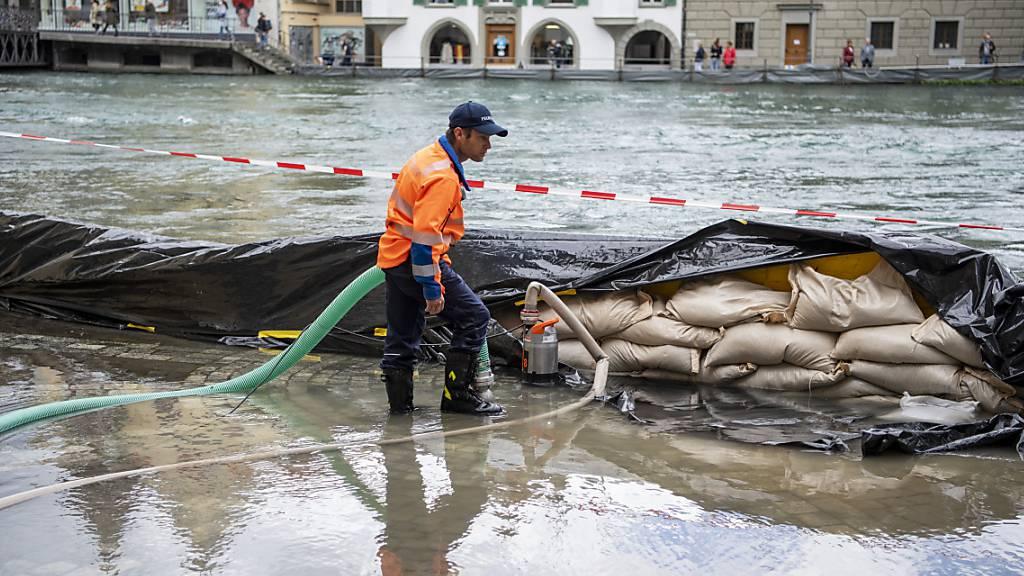Die Hochwasserlage in der Schweiz hat sich über Nacht teilweise verschärft. In Luzern wurden deswegen am Freitag Brücken gesperrt.