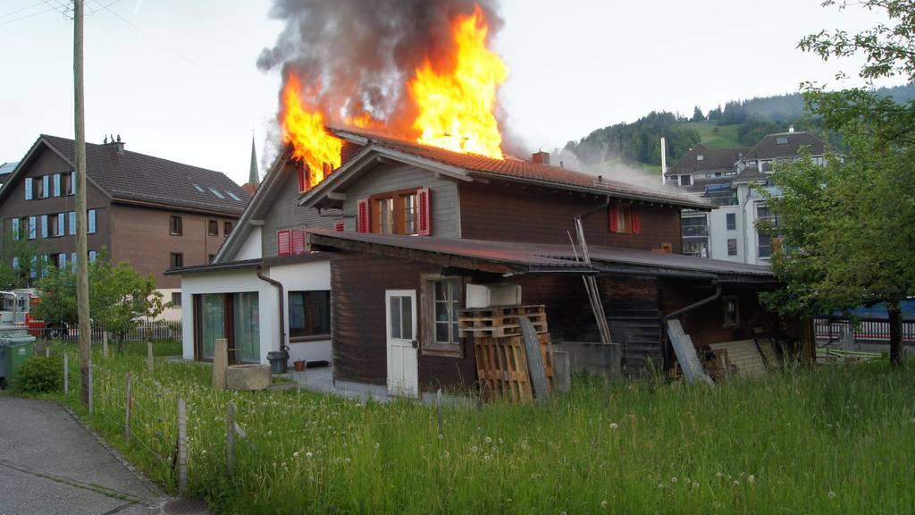 Mehrfamilienhaus nach Dachstockbrand total zerstört