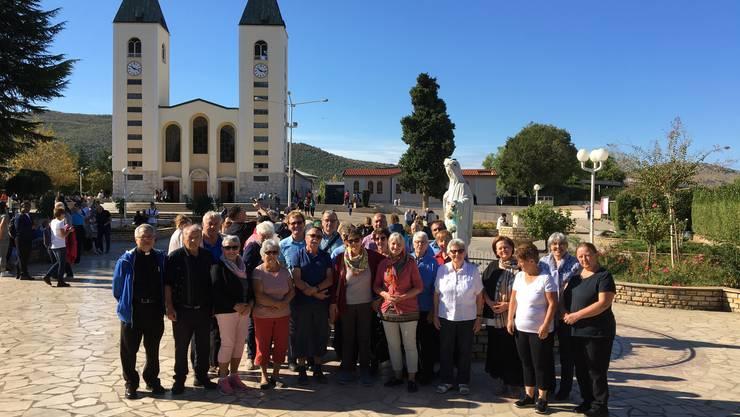 Die Pilger vor der Kirche des Hl. Jakobus