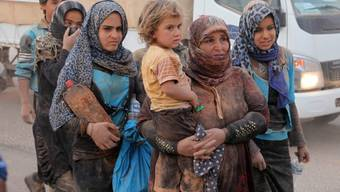 Syrische Frauen an der Grenze zu Jordanien: Das syrische Nachbarland brauchen dringend finanzielle Unterstütung, um die vielen Flüchtlinge versorgen zu können. Brüssel fordert daher seine Mitgiedstaaten auf, das versprochene Geld endlich freizugeben (Archiv).