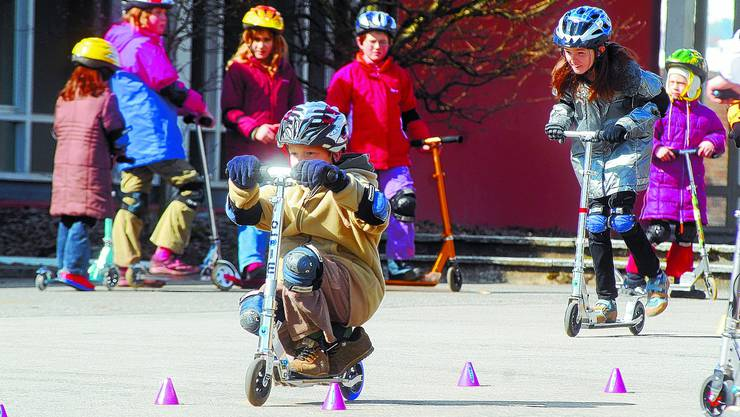 Kein Spielzeug: Wer sein Kickboard für den Schulweg benutzt, muss sich vor Unfällen in Acht nehmen. (Bild: Maddalena Tommazoli Huber)
