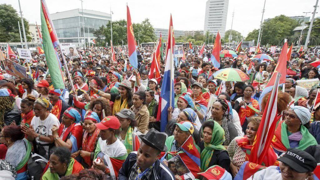 Laut den Organisatoren nahmen rund 10'000 Menschen an der Kundgebung vor dem Genfer UNO-Sitz teil, laut Polizei 3000 bis 4000.