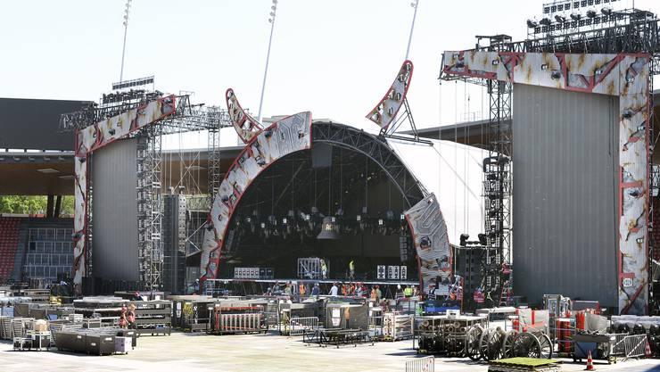 Im Zürcher Letzigrund wird die Bühne für das AC/DC-Konzert aufgebaut.