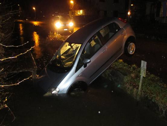 Der Autofahrer kam in Suhr von der Strasse ab und fuhr in einen Bach.