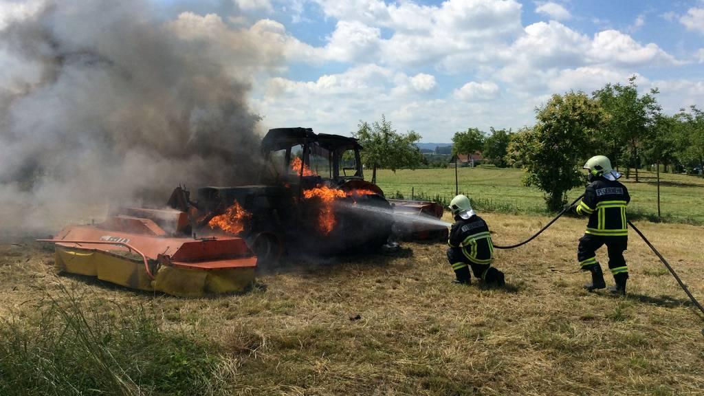 Der Traktor wurde vom Brand völlig zerstört.