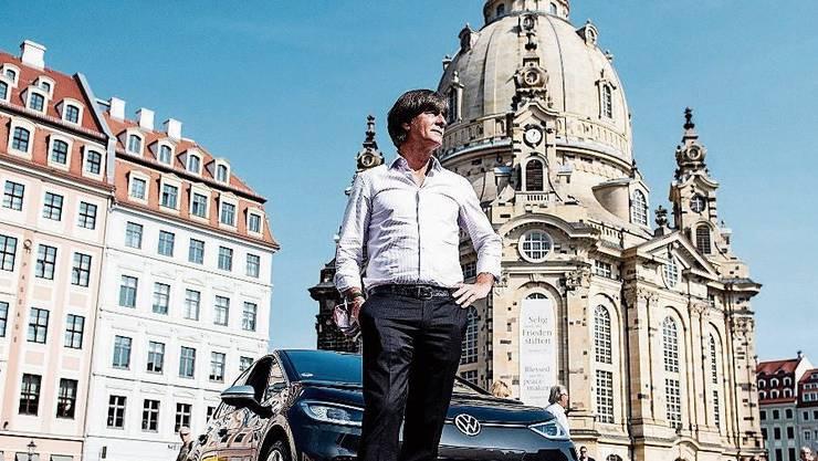 Deutschlands Nationaltrainer Joachim Löw vor der Dresdner Frauenkirche.
