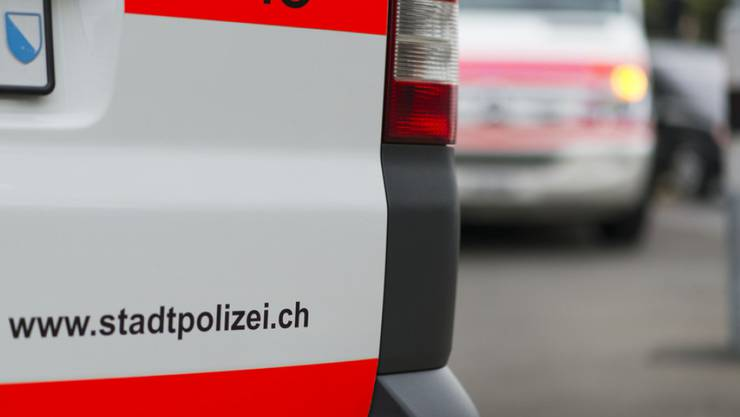 Weil sich ein Mann in Zürich gegen eine Polizeikontrolle wehrte, ist ein Stadtzürcher Polizist an zwei Fingern verletzt worden. (Symbolbild)