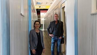 Pia Maria Brugger und Stephan Müller vom kantonalen Sozialdienst bei der Inbetriebnahme der Isolierstation im Frühling.