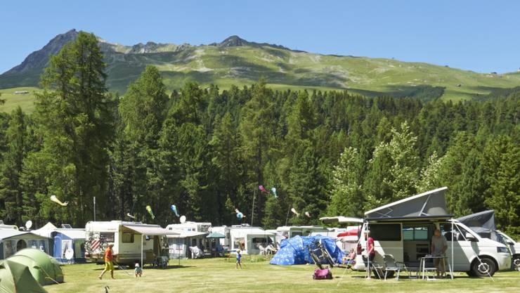 Die Schweizer Campingplätze haben 2017 so viele Übernachtungen wie noch nie verzeichnet. Im Bild der TCS-Campingplatz in St.Moritz. (Archivbild)