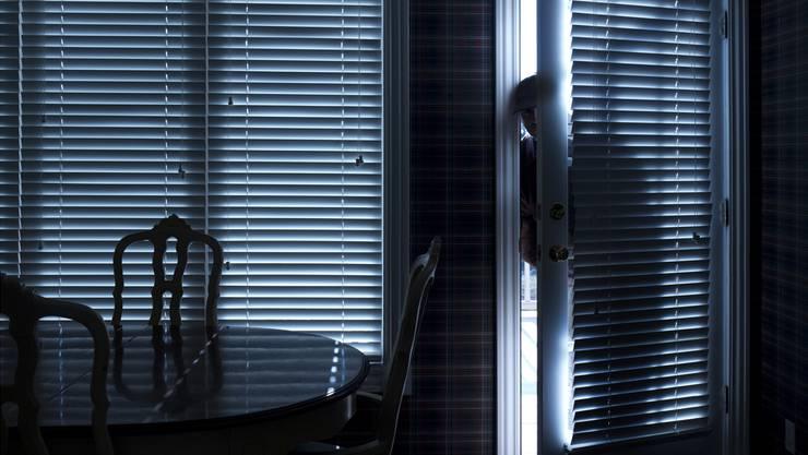 Die Täter bohren ein Loch in in den Fensterrahmen, um so das Fenster zu öffnen und so ins Gebäude einzudringen. Shutterstock