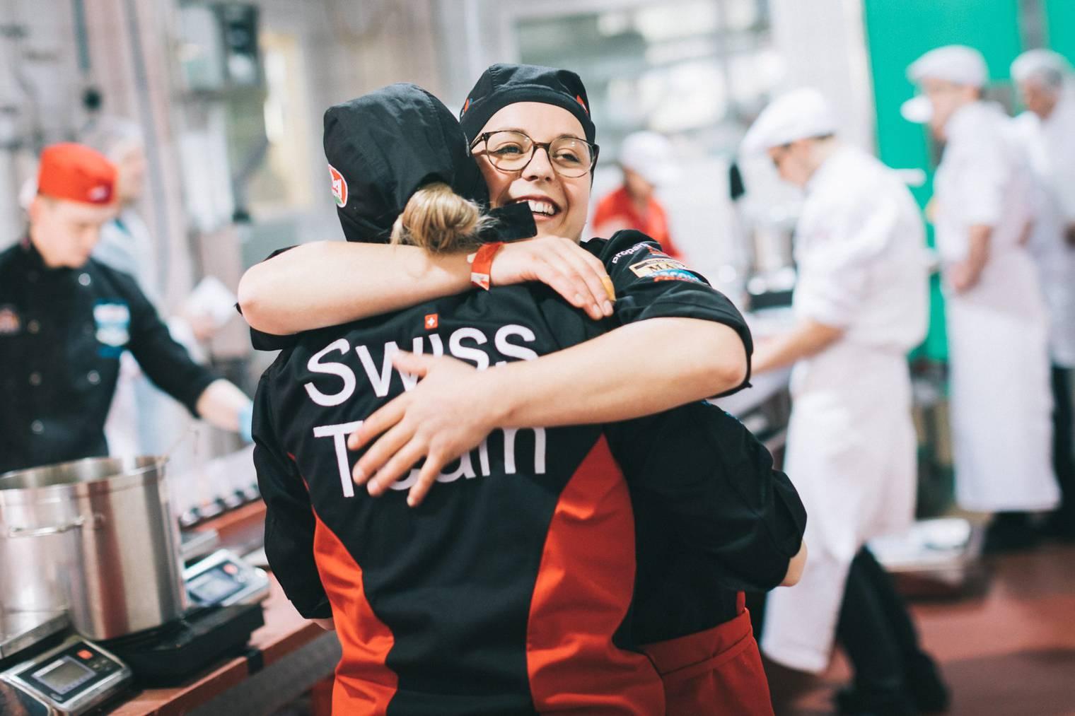 Tanja Knechtle und Manuela Riedweg freuen sich über den Sieg (Bild: zVg)