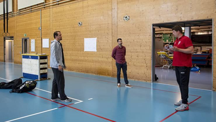 Lagebesprechung vor dem HSC-Trainingsauftakt: Cheftrainer Misha Kaufmann (l.), Geschäftsführer Lukas Wernli (M.) und der Covid-19-Beauftragte Toni Kern erläutern, was noch zu tun ist, bevor die Mannschaft eintrifft.