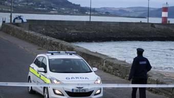 Die Polizei sperrt den Unglücksort ab: Ein Auto war an dieser Mole ins Meer gestürzt, nur ein Baby konnte gerettet werden.