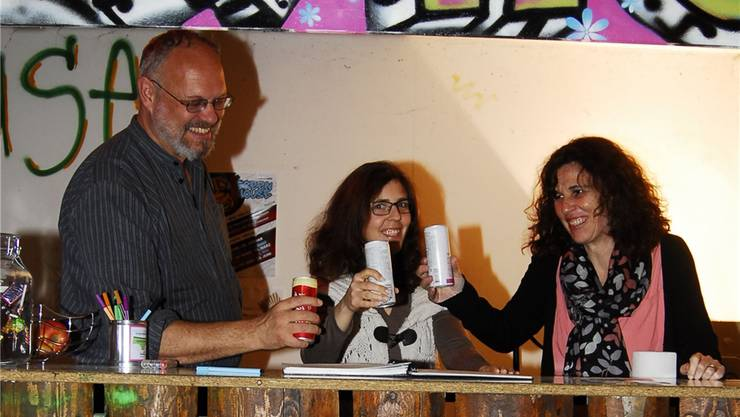 Das Greenhouse ist beliebt: Willi Deck, Martina Willi undAstrid Bühler Ruedin freuen sich und stossen auf den Erfolg an. PKR