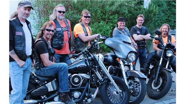 So gefällt es den  «Thors»: Daniel «Köck» Kistler (2.v.l) und seine Kollegen schätzen Gemeinschaft und Harleys.