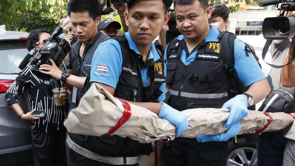Forensiker sichern Beweismaterial nach dem Anschlag auf eine Klinik in Thailands Hauptstadt Bangkok.