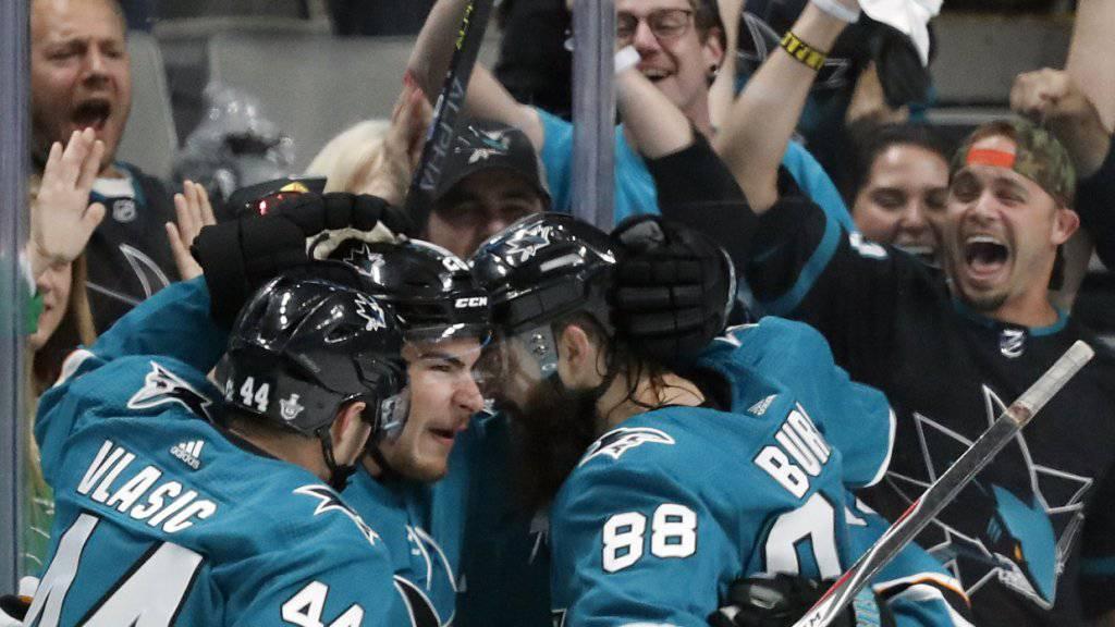 Die San Jose Sharks bejubeln einen umstritten zu Stande gekommenen Playoff-Sieg bei den St. Louis Blues