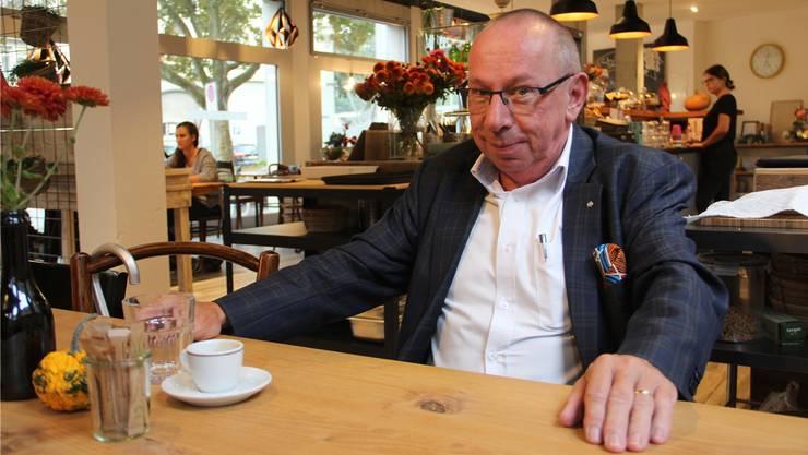 Daniel Itten erzählt am Holztisch, warum er vor über fünf Jahren die Gruppe «Du bisch vo Brugg, wenn...» ins Leben gerufen hat.