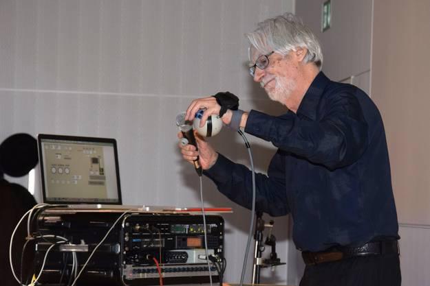 Bruno Spoerri ist Pionier der elektronischen Musik und umrahmt den Anlass mit seinen Klängen