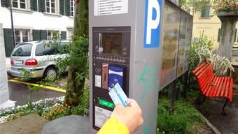 In Lenzburg können Parkuhren neu mit NFC-Kreditkarten bezahlt werden. tf