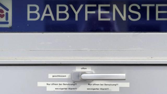 Das Babyfenster im Spital Einsiedeln (Archiv)