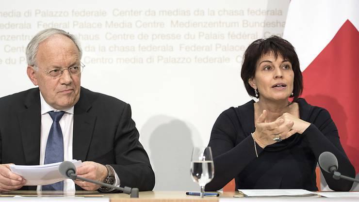 Bundespräsidentin Doris Leuthard und ihr Bundesrats-Kollege Johann Schneider-Ammann sind hocherfreut über die Vergabe des Chemie-Nobelpreises an den Schweizer Forscher Jacques Dubochet. (Archivbild)