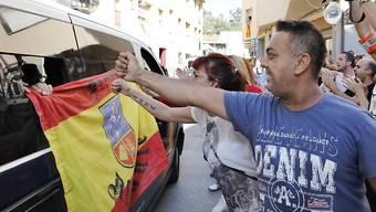 Anti-Separatisten verabschieden spanische Sicherheitskräfte, die aus Barcelona abfahren