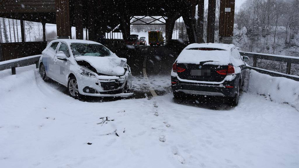 21 Unfälle auf schneebedeckten Strassen – fünf Verletzte