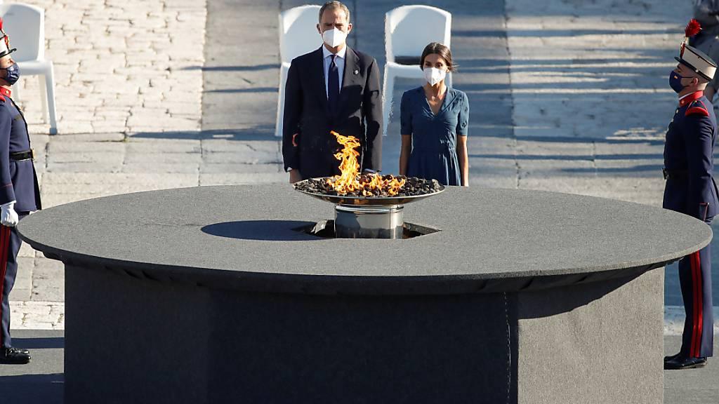 Felipe VI., König von Spanien, und Königin Letizia nehmen an einer Trauerzeremonie zum Gedenken an die Corona-Opfer auf dem Armeria-Platz im Madrider Königspalast teil. Die Veranstaltung, die im zweiten Jahr in Folge organisiert wird, konzentriert sich dieses Mal auf das Gesundheitspersonal, das an Covid-19 gestorben ist. Foto: Javier Lizon/POOL EFE/dpa