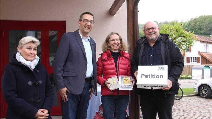 Unterschriftenübergabe in Riniken (v.l.): Vizeammann Beatrice Bürgi, Ralf Seidel und Astrid Baldinger von der IG ARI sowie Gemeindeschreiber Martin Maumary.