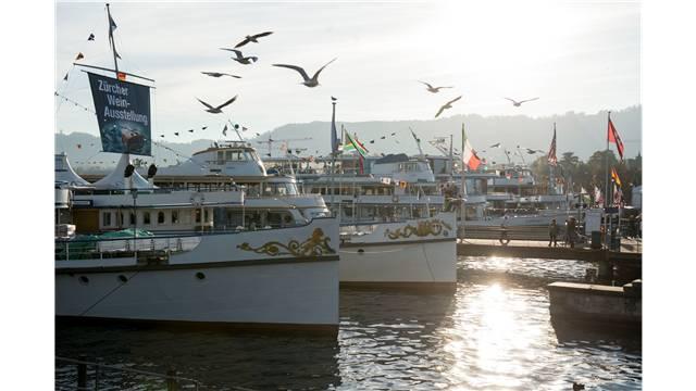 Noch bis nächsten Donnerstag sind die Schiffe der Weinseligkeit am Bürkliplatz vertäut.