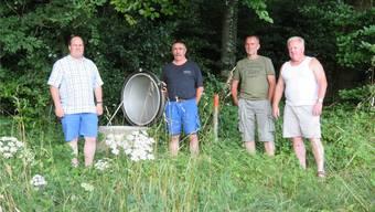 Die Wasserversorgung für Burgäschi liegt in einer Quellschutzzone am Waldrand. Hier wird sie begutachtet von Stefan Berger (links, Gemeindepräsident Aeschi), Roger Brügger (Gemeinderat), Daniel Luterbacher (Brunnenmeister Wasserversorgung Burgäschi) und Konrad Murer (Brunnenmeister Aeschi, rechts).