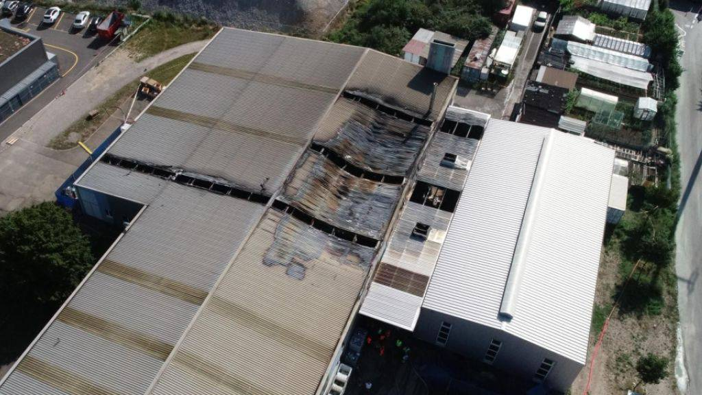 Nach einem Grossbrand in einem Produktionsbetrieb in Pratteln BL ist das betroffene Gebäude einsturzgefährdet.