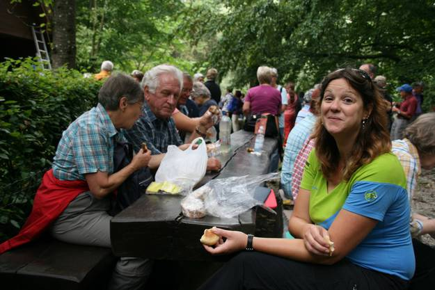 Auch Daniela Graf von Aargau Tourismus stärkt sich für das letzte Wegstück
