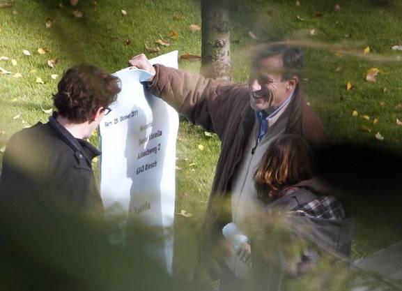 Angehörige der Juso Schweiz demonstrieren vor dem Haus von Novartis-Chef David Vasella. Dabei wird ihm ein grosser Entlassungsbrief überreicht.