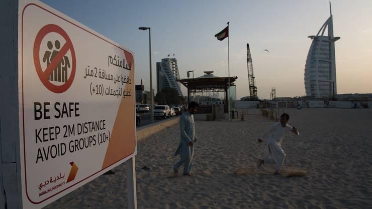 Zwei Meter Abstand: Dubai warnt auch an seinem Strand vor dem Coronavirus. Die Pandemie bedroht das Emirat existenziell.