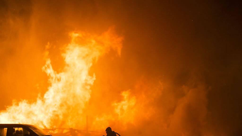 Die Feuerwehr kam zu spät: Die Scheune wurde Opfer der Flammen.