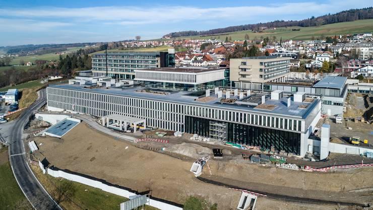 Der Neubau der Rehaklinik Bellikon ist 150 Meter lang und fünfstöckig, zwei Geschosse sind unterirdisch.