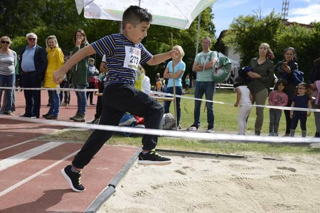 Am Sporttag hüpften, rannten und sprangen die Schülerinnen und Schüler um die Wette.