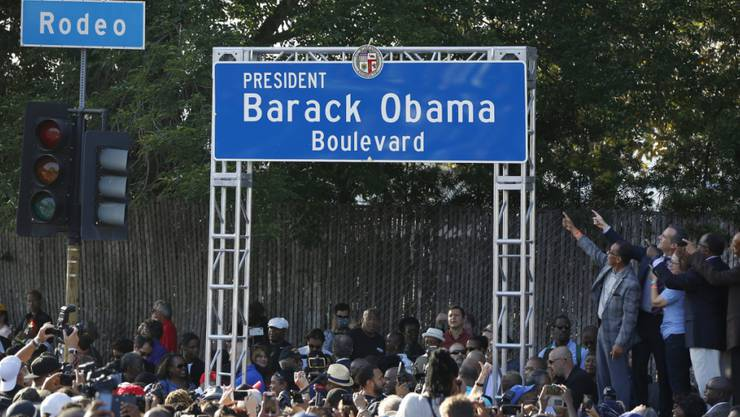 Tausende feiern die Umbenennung der Rodeo Road in Los Angeles in Barack Obama-Boulevard.