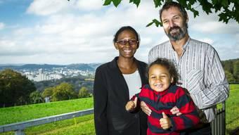 Peter Bernhard wird neuer Wirt des Restaurants Juraweid in Biberstein. Hier posiert er mit seiner Ehefrau Carmen und seiner Tochter Caroline.