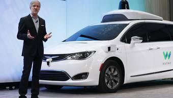 Waymo-Chef John Krafcik vor einem selbstfahrenden Auto. Der Chrysler-Wagen ist mit entsprechenden Sensoren von Waymo ausgestattet. (Symbolbild)