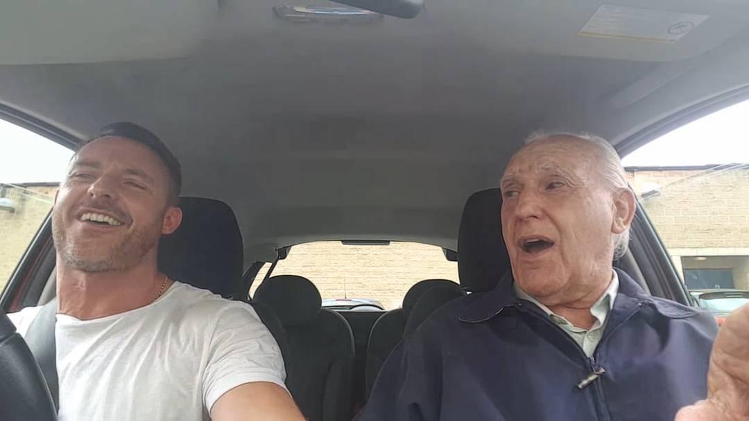 «Quando Quando Quando»: Simon und Ted McDermott  beim Auto-Karaoke. Unglaublich, was die Musik aus dem älteren Herr macht.