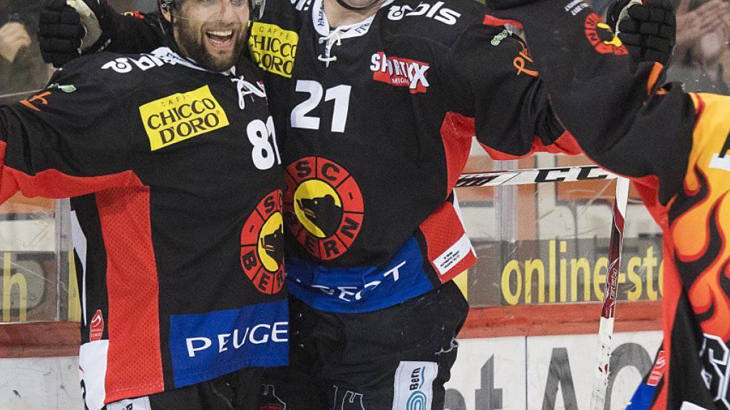 Im Siegestaumel: Die SCB-Stürmer Thomas Rüfenacht, Simon Moser und Mark Arcobello (v.l.) jubeln über das 3:2 gegen Fribourg, den achten Sieg in Serie